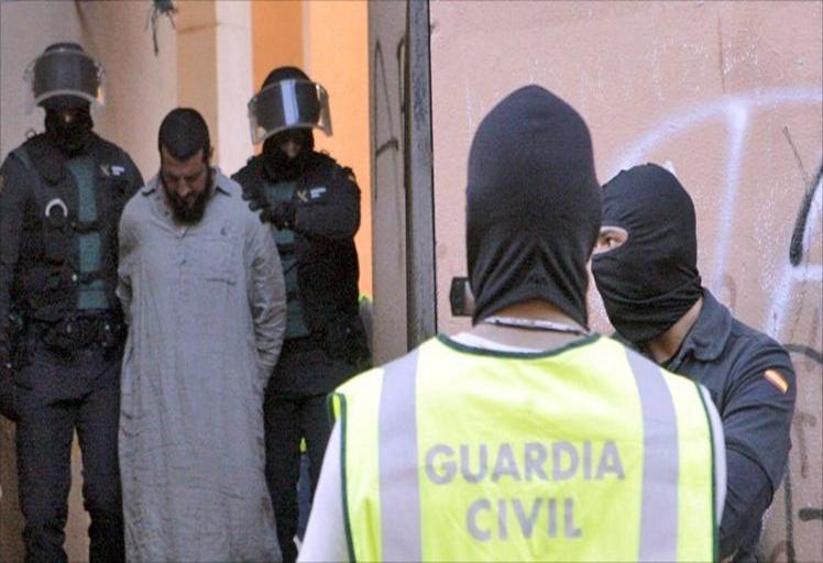 """السلطات الإسبانية تفككُ شبكة تستقطبُ مغربيات إلى """"داعش"""""""