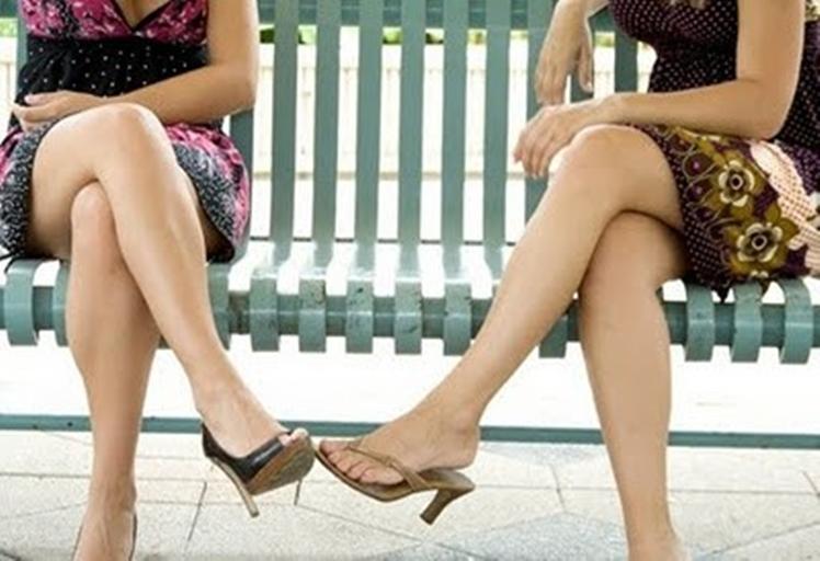 تعرفي سيدتي على مضار الجلوس ساق فوق ساق؟