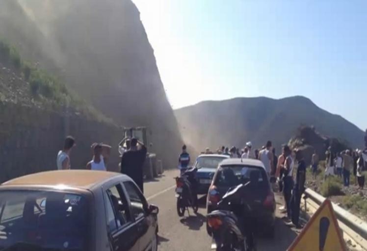 بالصور:انهيار جبلي بين أسطيحات وترغة يرعب مرتادي الطريق و المصطافين