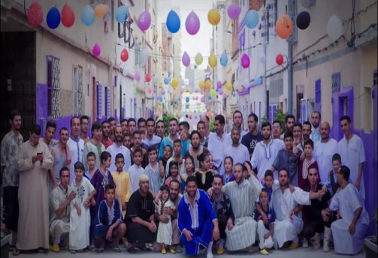 """بالفيديو: سكان حي شعبي بطنجة حولوا حيهم الى """"رياض بهي"""" احتفاء بالعيد"""