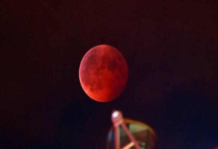 """الاندبندنت:  ظهور """"قمر الدم"""" ما بين 22-28 من الشهر الجاري سيؤدي إلى نهاية العالم!!"""
