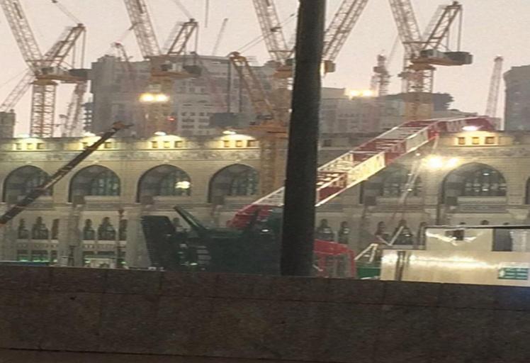 87 قتيلاً في سقوط رافعة بسبب العواصف بالحرم بمكة المكرمة