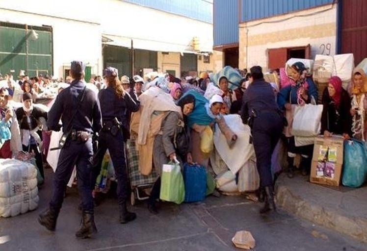 """بالفيديو: الشرطة الإسبانية تنكل """"بمغاربة"""" بباب سبته"""
