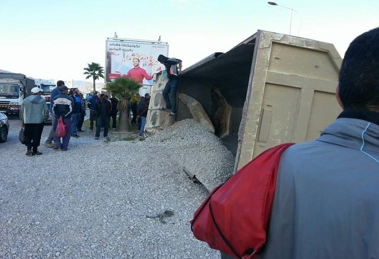 بالصور: خسائر مادّية إثر انقلاب شاحنة رمال بتطوان
