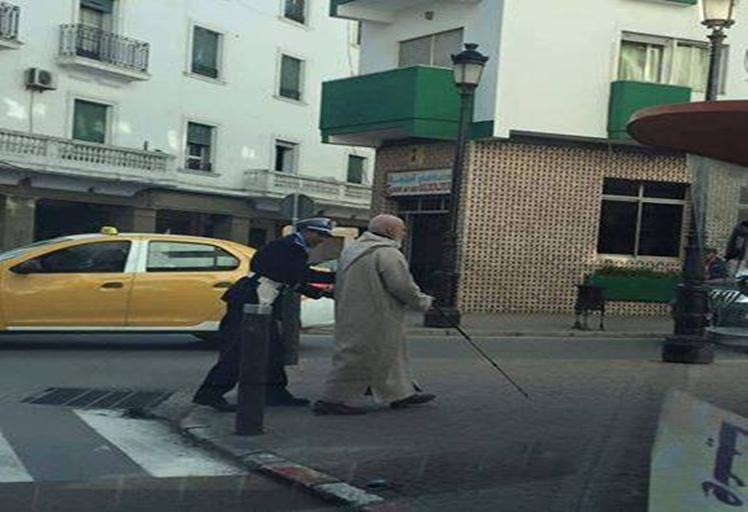 بالصورة.. مغاربة ينوهون بشرطي مرور بتطوان بسبب رجل مسن