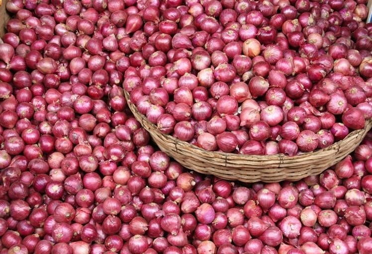 """البصل يسرق الاضواء من """"البيض"""" ويبكي المغاربة واقعا وافتراضا"""