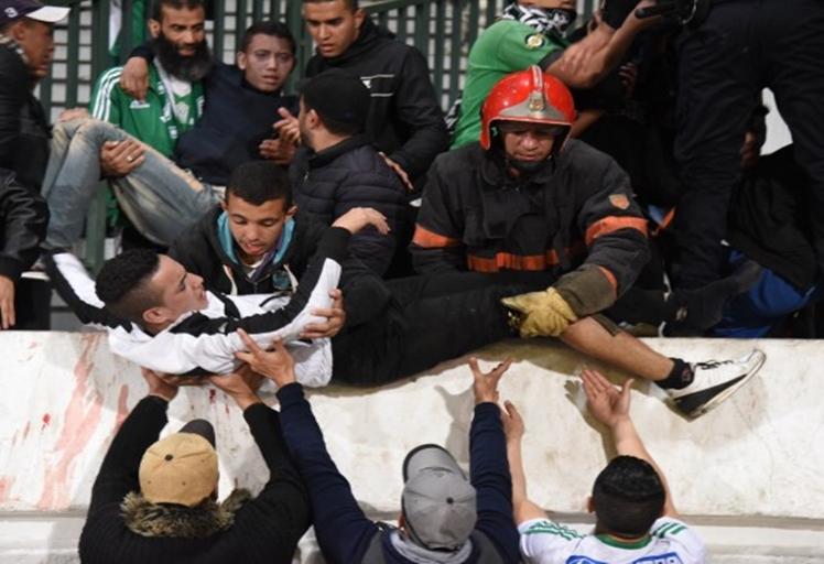 """مصرع شخصين وإصابة 51 آخرين في """"شغب المدرجات"""" بالبيضاء"""