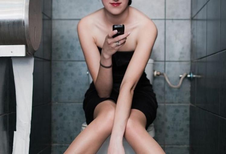 انتبه .. لا تدخل الهاتف معك الى الحمام بعد اليوم