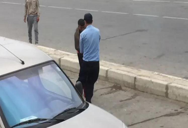 بالفيديو.. لحظة اعتداء شرطي على شاب بالمعبر الحدودي باب سبته