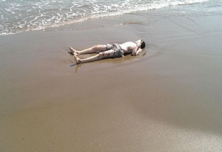 أحد شواطئ الحسيمة يلفظ جثة شاب في مقتبل العمر