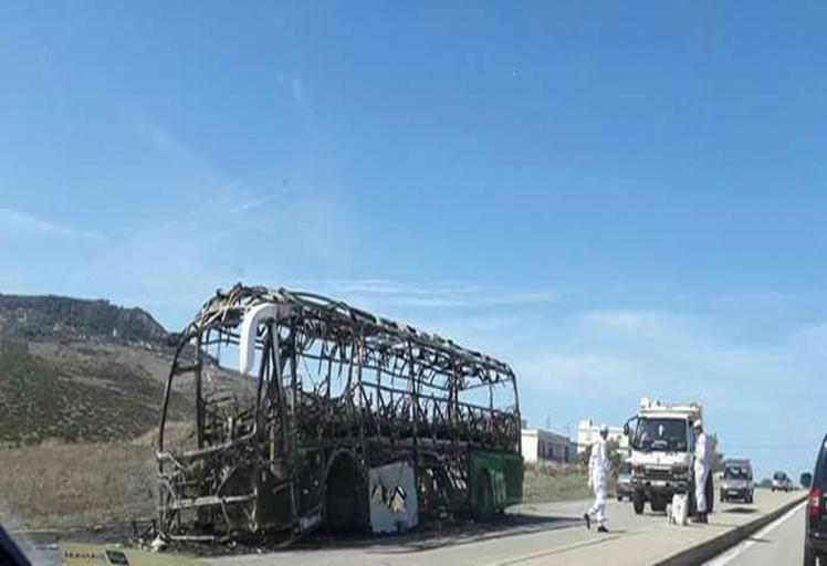 """احتراق حافلة بمنطقة """"حكامة"""" طريق طنجة والركاب نجوا بأعجوبة"""