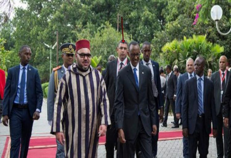 """ظهور حارس شخصي جديد """"بنظارات طبية"""" قرب الملك يحير المغاربة!!"""