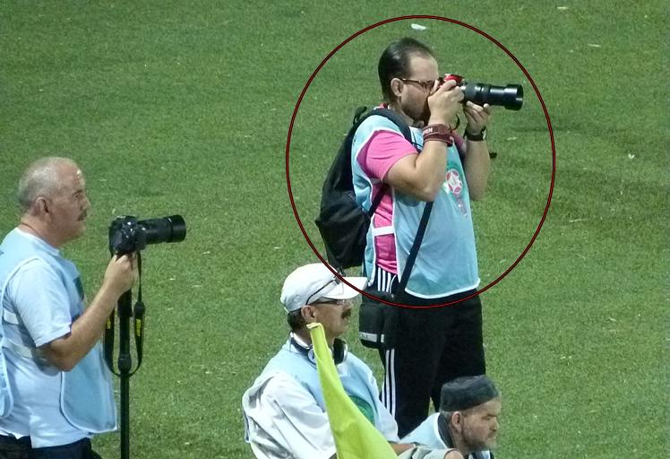 """""""معاوية"""" ينفعل ويكسر كاميرا مصور صحفي خلال إياب نصف نهائي كأس العرش بطنجة"""