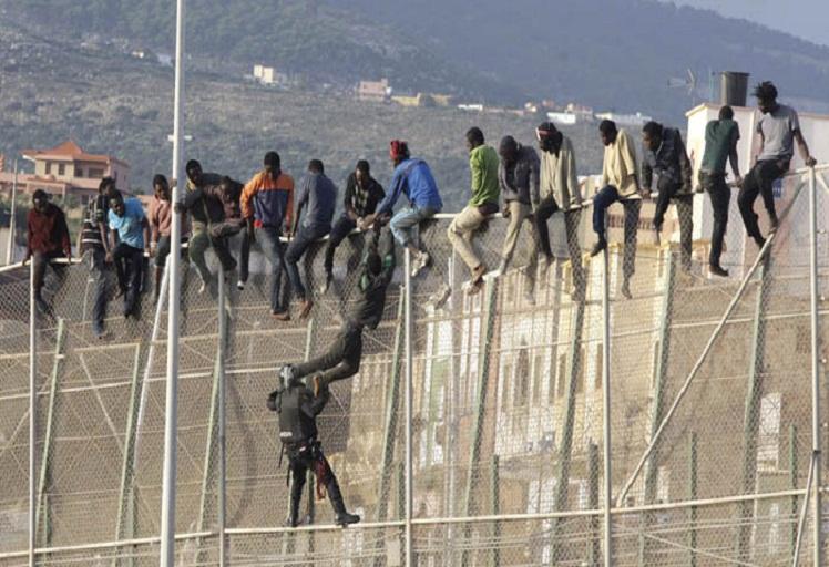 400 مهاجر سري يقتحمون مدينة سبتة المحتلة