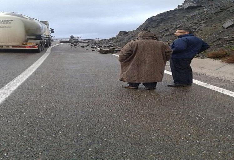 تساقط الأحجار يتسبب في انقطاع الطريق الرابطة بين تطوان والحسيمة