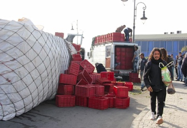 """طنجة: شاحنة تنقلب بالقرب من قنطرة """"مغوغة"""""""