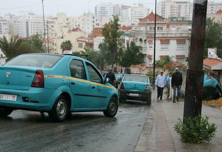 """سيارات الأجرة بطنجة.. عالم من """"الفوضى"""" يعكر مزاج المواطنين"""