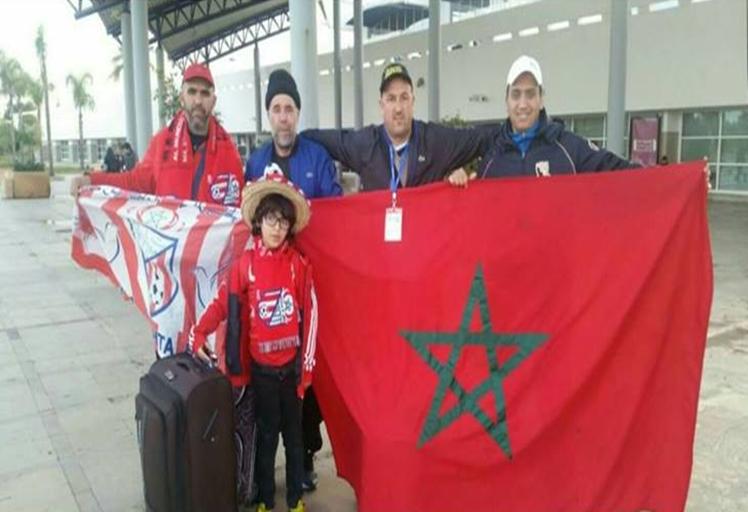 بالصورة: 5 مشجعين من تطوان يلتحقون بالغابون لمساندة أسود الأطلس