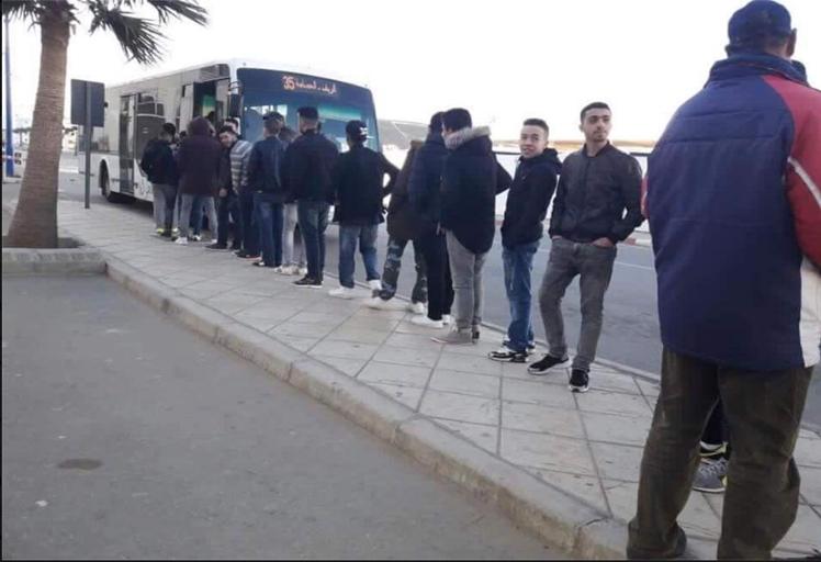 صورة تطوانيين يستعدون لركوب الحافلة « بالصف » تشعل الفيسبوك