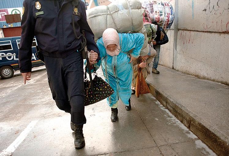 حكومة سبتة المحتلة تعلن عن تقديم خدمات لممتهني التهريب المعيشي
