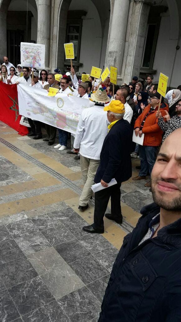مستخدمات ومستخدموا صيدليات تطوان يخرجون للإحتجاج على أوضاعهم المزرية