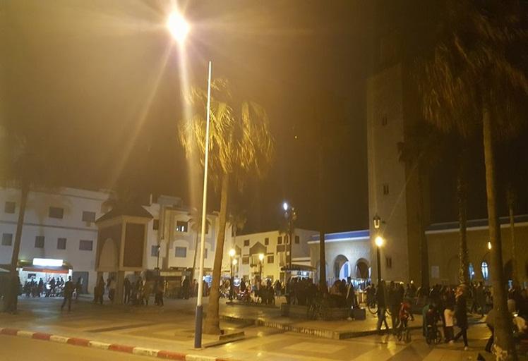 """ساحة محمد الخامس بمرتيل تتحول إلى محج """"للمتحرشين""""!!"""