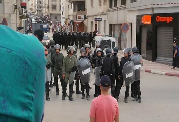 القوات العمومية تفكك مسيرة الفطر بالغاز المسيل للدموع بالحسيمة