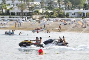 """فيديو: درجات """"الجيتسكي"""" تهدد حياة المصطافين بشاطئ ألمينا بالفنيدق"""