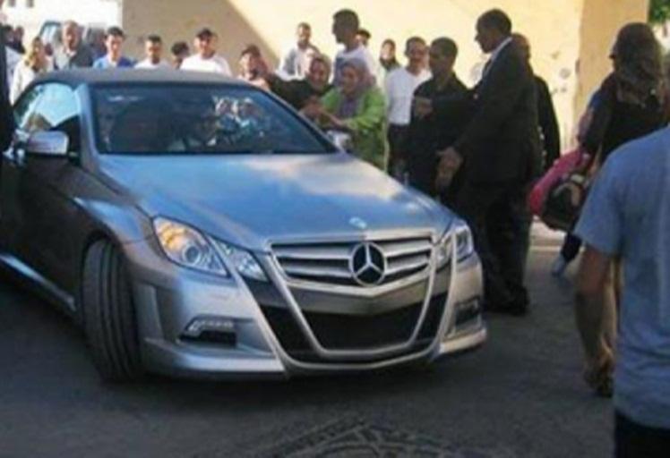شاهد كيف حاصر مواطنين سيارة الملك بشارع ميرامار في مرتيل