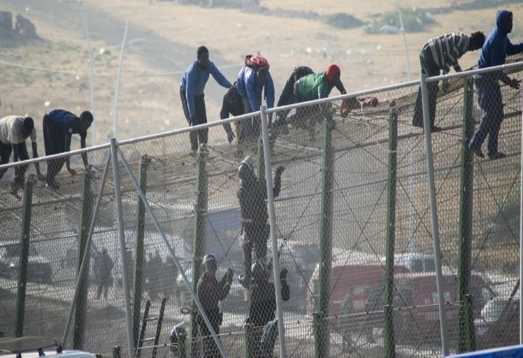 هجوم 200 مهاجر على سياج سبتة وإصابة 70 منهم في الحادث