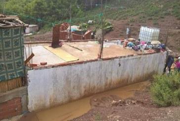 بالصور: انجراف التربة والسيول تحاصر منازل بحومة فطوش في المضيق
