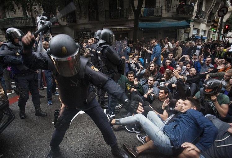 مواجهات عنيفة وعشرات الجرحى في تدخل الشرطة الإسبانية خلال استفتاء كاتالونيا