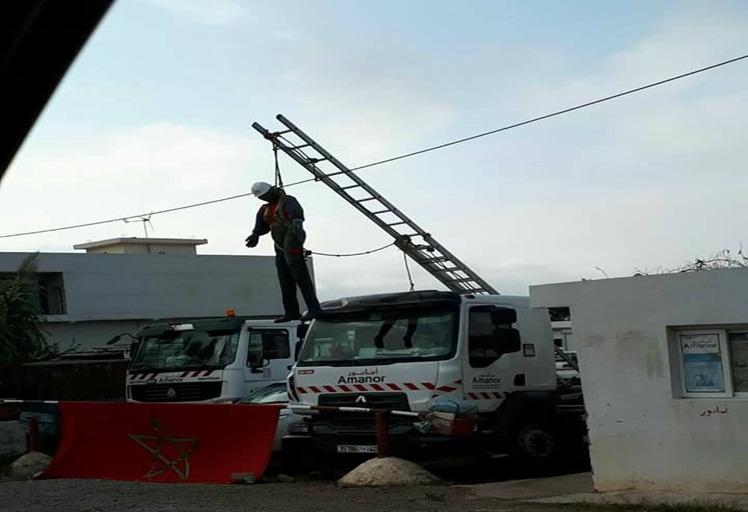 """دمية مشنوقة لعامل شركة """"أمانور"""" تثير الرعب في نفوس مستعملي طريق أزلا"""