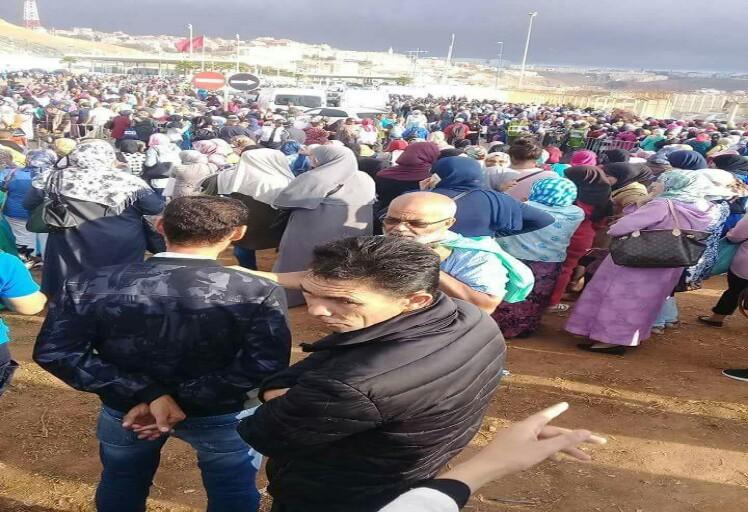 احتجاجات عارمة بالمعبر الحدودي باب سبتة بعد إغلاقه لهذا السبب!!