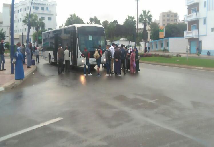 """شخص يتهجم على سائق حافلة """"فيطاليس"""" ويكسر زجاجها امام أنظار الركاب بالمضيق"""