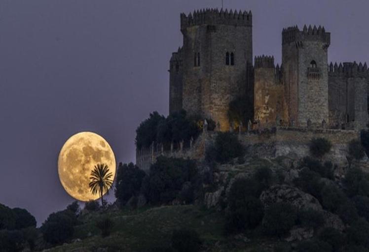 """المغاربة على موعد مع ظاهرة """"القمر العملاق"""" ترقبوها!!"""