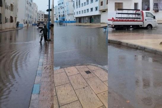 بالصور: زخات مطرية تغرق شوارع وأزقة مدينة مرتيل