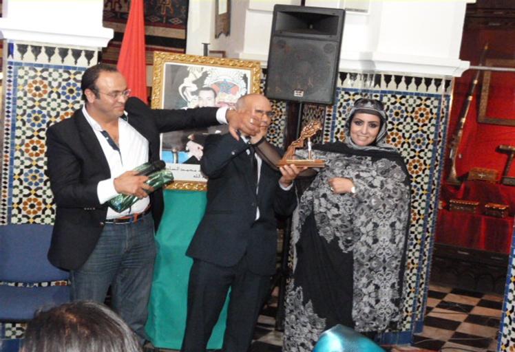 """تكريم الناشطة الحقوقية الصحراوية """"عائشة رحال"""" بتطوان"""