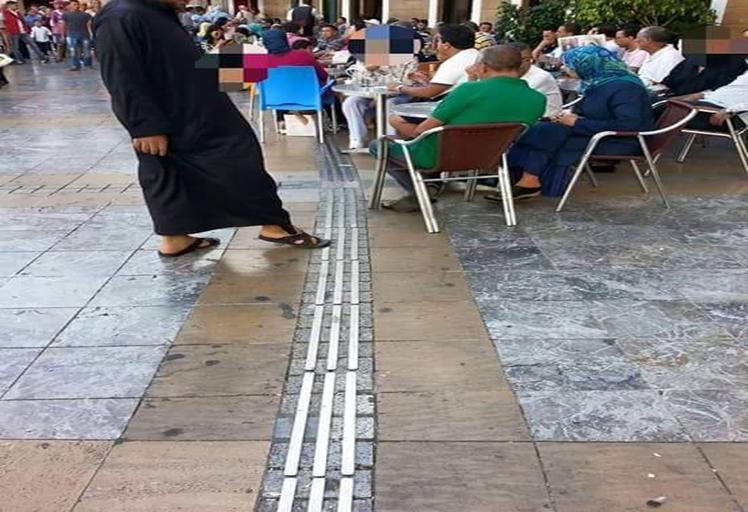 جشع أصحاب المقاهي يحرم المكفوفين من طريقهم بتطوان