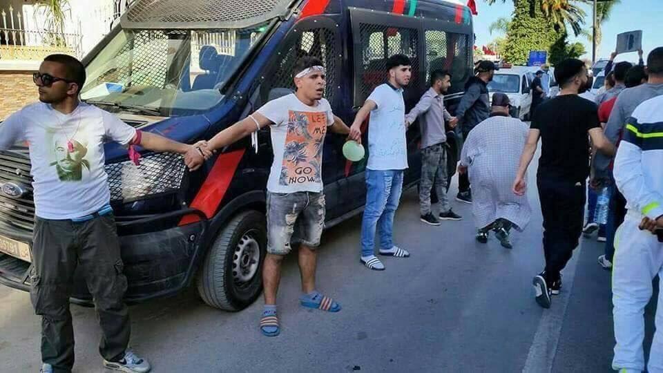الأمن الإقليمي بالحسيمة ينفي الاتهامات بشأن دهس سيارة أمن لأحد المحتجين (فيديو)