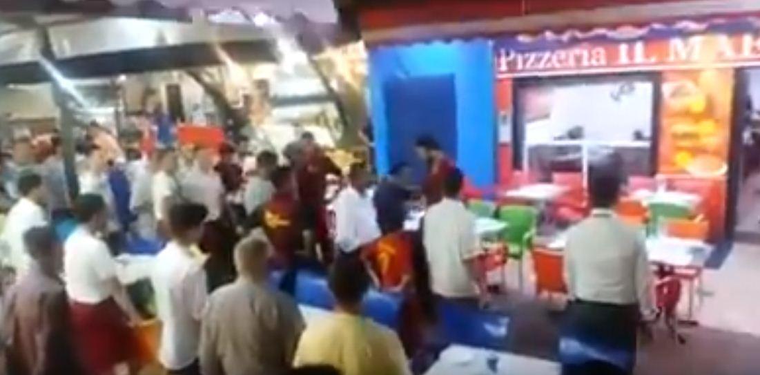 """فيديو: ملاسنات حادة بين """"نُدُل """" المطاعم وسط المضيق تقلق راحة الزوار"""