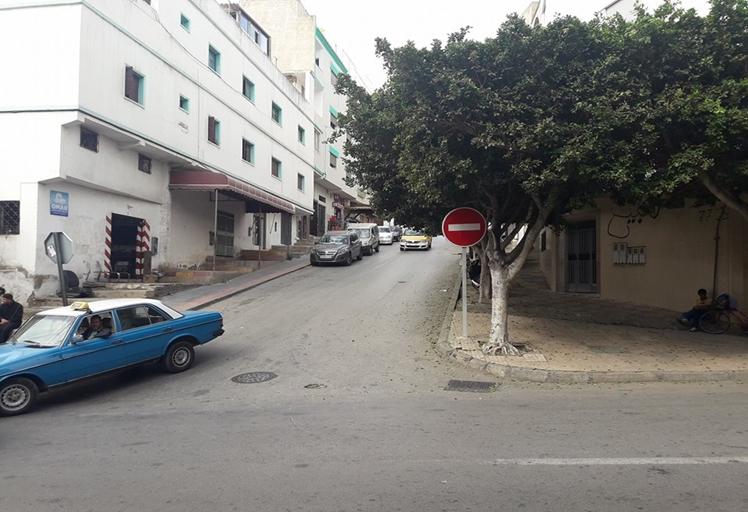 تجار وحرفيو شارع أحمد الهيبة يحتجون على وضع علامة ممنوع المرور!!