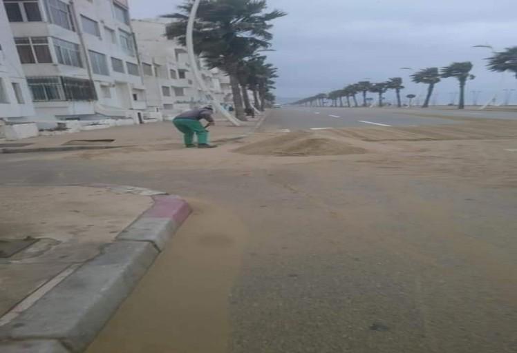 بالصور: الرمال تزحف إلى شوارع مارتيل و تحولها إلى صحراء