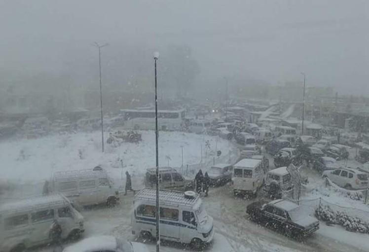 بالصور : مواطنون عالقون بسبب الثلوج في الطريق الوطنية بين الحسيمة و تطوان